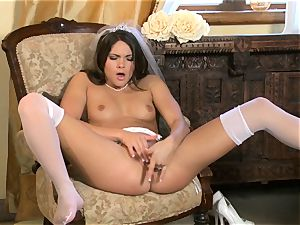 beautiful Aspen Rae thrusts her frigs deep in her muff