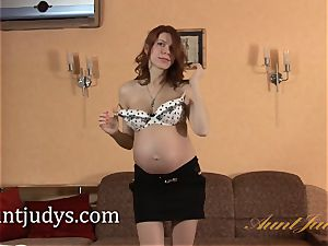 pregnant Iviola frigs her hot raw cooch