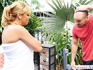 Sean Lawless finds torrid cougar nude in the garden