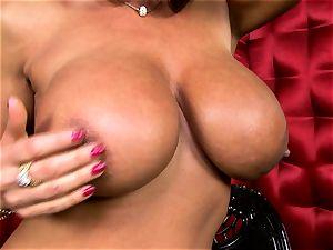 super-sexy Lisa Ann unveils her humungous edible globes